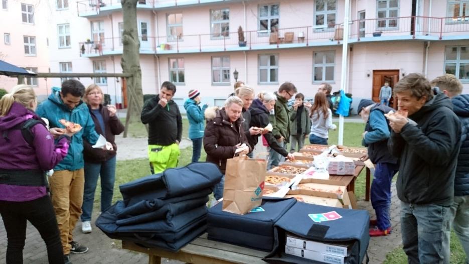 Etter innsatsen tømte vi 16 store pizzaesker ++. Mange gode naboer og hardt arbeid med andre ord.