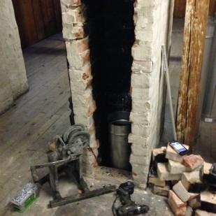 Rørene føres ned pipeløpet.